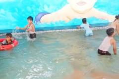 MAA-RANJANA-DEVI-INTERNATIONAL-SCHOOL-KIDS-ENJOY-IN-SWIMMING-POOL-4