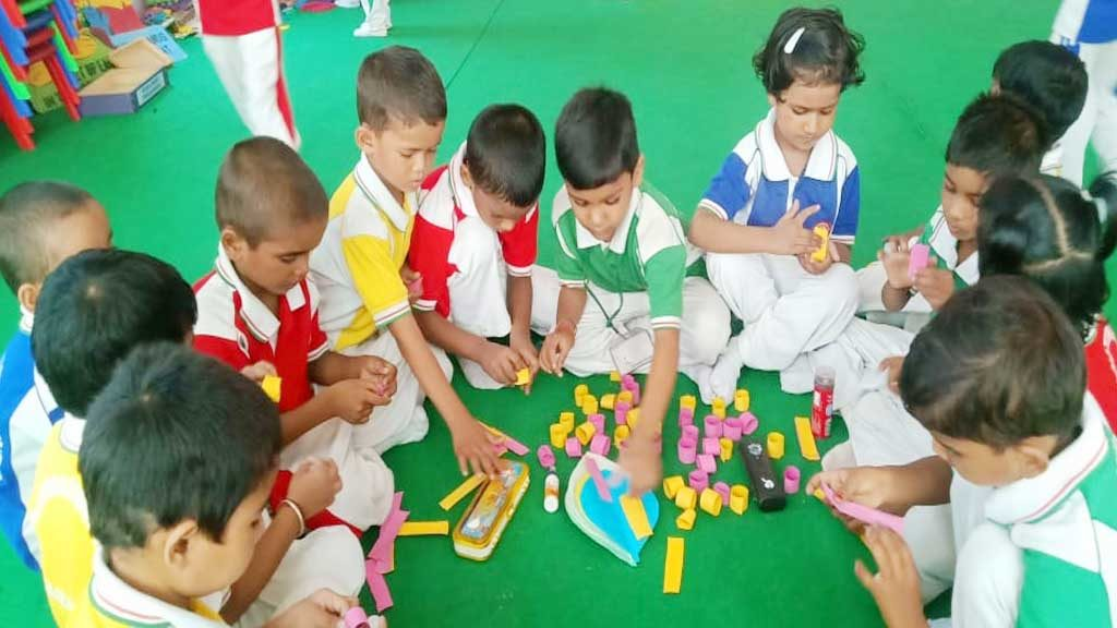 MAA RANJANA DEVI INTERNATIONAL SCHOOL KIDS MAKING CRAFT